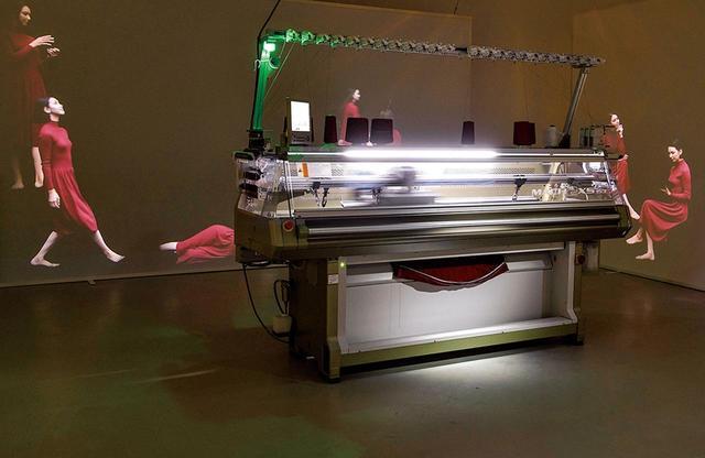 画像: 『The Art and Science of LifeWear : Creating a NewStandard in Knitwear』展示より。 日本からホールガーメントの編み機を持ち込み、実演するスペース PHOTOGRAPHS: COURTESY OF UNIQLO ほかの写真をみる
