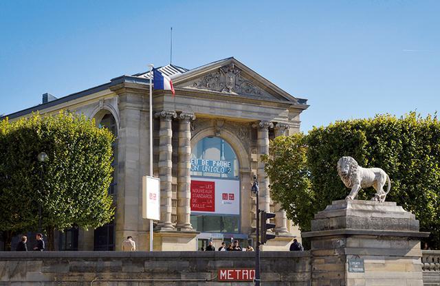 画像: 『The Art and Science of LifeWear : Creating a NewStandard in Knitwear』 会場となったジュ・ド・ポーム国立美術館。展覧会の空間構成や映像はライゾマティクスが手がけた ほかの写真をみる