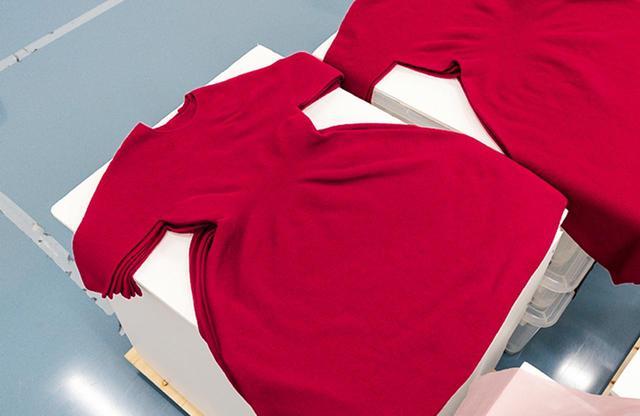画像: アイロン作業を待つ3Dニットのワンピース。縫い代がなく立体的に身体にフィットする人気アイテム PHOTOGRAPHS BY SADAHO NAITO ほかの写真をみる