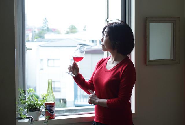 画像: ワインと料理のペアリングを教える平野さんの料理教室「cuisine et vin」では、自然派ワインが中心。日本ワインや各国のワインも取り入れているという。「日本酒も好きなので、最近は日本酒も勉強しはじめているんですよ」