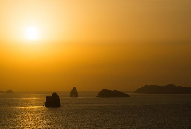 画像: 遠藤周作『沈黙』の舞台とされる長崎の外海地区から西の海を眺める。信徒たちは、ここから密やかに五島列島へと船出した