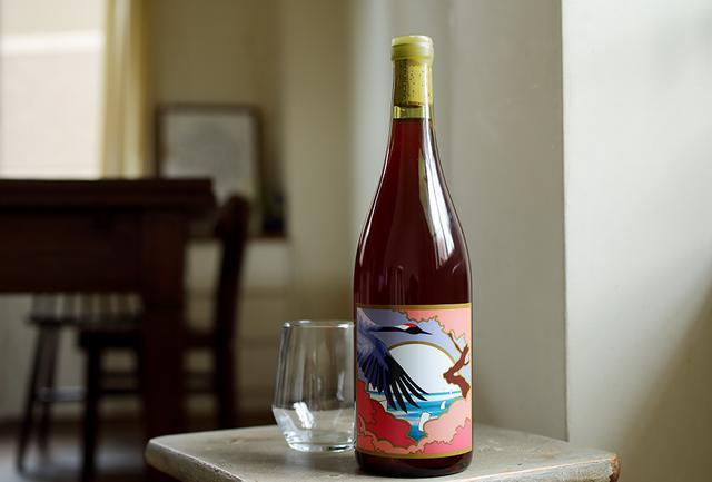 """画像: 気候や土壌、そこに暮らす人や文化まで含めたテロワールを大切に、""""Made of 100% Grape.""""のナチュラルワインづくりを行う山形県南陽市のワイナリー「グレープリパブリック」。こちらは、南陽市のスチューベンに山梨のカベルネ・ソービニヨン、メルロー、サンジョヴェーゼなどをブレンド。ほどよい酸味ですっきりとした味わいの赤ワイン グレープリパブリック ロッソ2017 <750ml>¥3,500 https://grape-republic.com"""