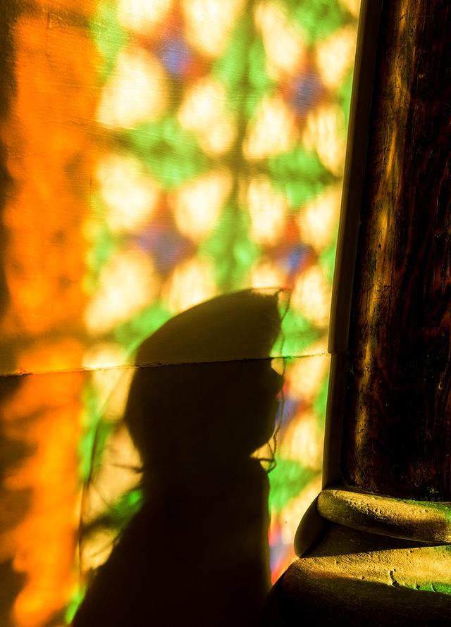 画像: 青砂ヶ浦天主堂のクリスマス・ミサ。真摯に祈る姿が光の中に浮かんでいた