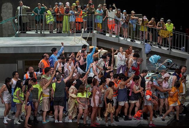 画像: 民衆(合唱)は次第にエキサイトし、同一のポーズを取りながら若い男女を虐殺する。ひとりひとりが優れた俳優でもあるシュトゥットガルト歌劇場の合唱団に、緻密なヴィーラーの演出が冴えわたる PHOTOGRAPH BY A.T.SCHAEFER