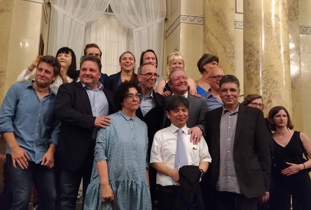 画像: 『地震。夢』世界初演を終えた直後のクリエイティブ・チームとキャスト。前列左の女性が美術・衣裳のアンナ・フィーブロック、その右が細川俊夫、台本のマルセル・バイアー。2列目左から3人目が演出のヨッシ・ヴィーラー、その右が指揮のシルヴァン・カンブルラン、ドラマトゥルグのセルジオ・モラビト PHOTOGRAPH BY NATSUME DATE