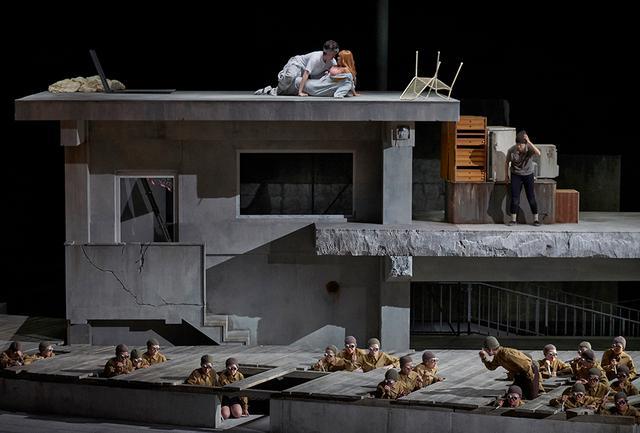 画像: オペラ『地震。夢』の場面より。窓枠だけでガラスのない建物、壁のない床など、美術のアンナ・フィーブロックが福島の被災地で見た光景を舞台装置に取り入れている PHOTOGRAPH BY A.T.SCHAEFER