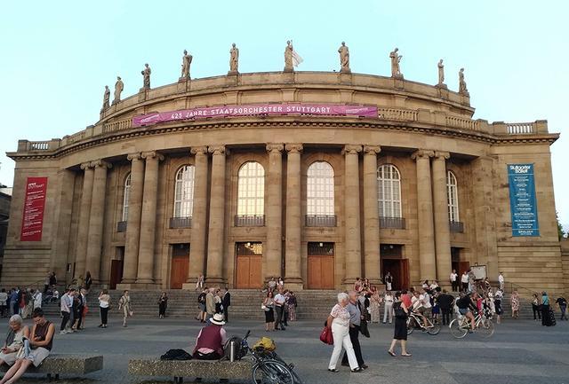画像: シュトゥットガルト歌劇場。ドイツ南西部のシュトゥットガルトは、かつてはヴルテンベルク王国。現在はメルセデスベンツやポルシェの本社がある豊かな町で、芸術も盛ん。オペラとともにこの歌劇場を本拠にするシュトゥットガルト・バレエ団も名高い www.oper-stuttgart.de PHOTOGRAPH BY NATSUME DATE
