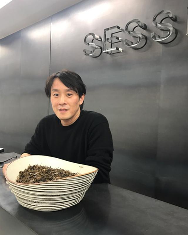 """画像: 上杉文弥(FUMIYA UESUGI)さん 国内外のブランドの卸売業、PR代理店を兼ねる「SESSION」代表取締役/CEO。京都の藤井大丸でバイヤーを務めた後、商社へ。2005年に「showroom SESSION」、2009年にメンズブランドを中心とした「UNITENINE showroom」を立ち上げる。ブランドごとにターゲットを絞った独自の販売戦略やマーケティングプランを行い、""""取り扱うブランドは必ずヒットさせる""""凄腕の持ち主 © SESSION"""