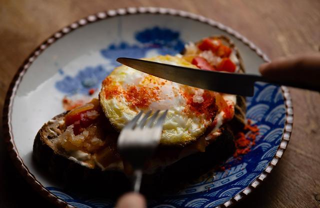 画像: 六本木にあるブリコラージュ ブレッド アンド カンパニーの人気メニュー「アリスの卵、パプリカのケイジャン風」。全粒粉、ディンケル小麦、ライ麦を使用したブリコラージュブレッドと豆乳クリームを合わせた上に、大松農場の卵を使った目玉焼き。ナイフをいれるととろりと流れておいしいソースに ブリコラージュ ブレッド アンド カンパニー 港区六本木6-15-1 六本木けやき坂テラス 1F TEL. 03(6804)3350 PHOTOGRAPH BY BUNGO KIMURA
