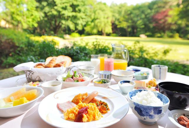 画像: 和食も洋食も揃うホテルの朝食バイキングは1階の「レストラン セントロ」で。手入れの行き届いた芝の庭園に面した明るいメインダイニング PHOTOGRAPHS: COURTESY OF FOREST INN SHOWAKAN