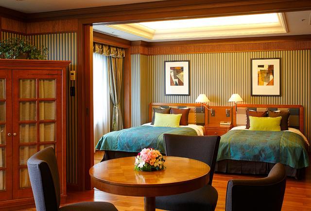 画像: 最上階にある贅沢なスイートルーム。木の温もりと森の眺望、ゆとりのスペースで上質感ある滞在に