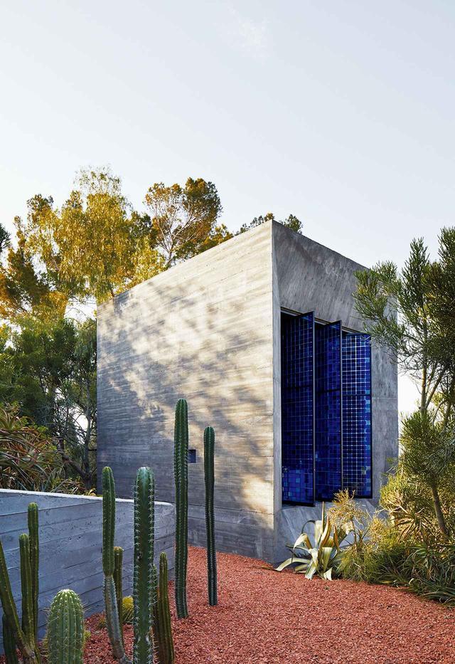 画像: スタジオKOがデザインした、コンクリートを流し込んで固めた浴室の聖堂