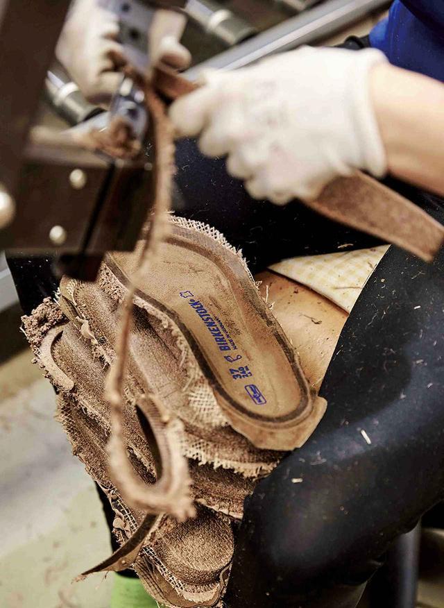 画像: コルクを挟んでいる2枚のジュートがはみ出た部分を、フットベッドの形に沿ってカッティングしている COURTESY OF BIRKENSTOCK