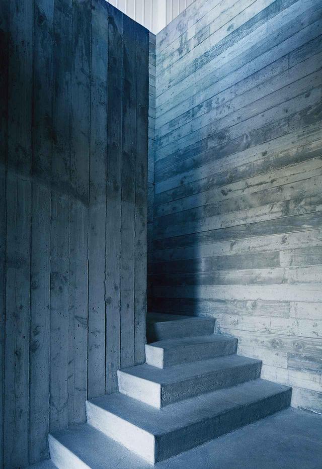 画像: コンクリートを流し込んで固めた階段が、かつて映画の編集室だった空間を占領している