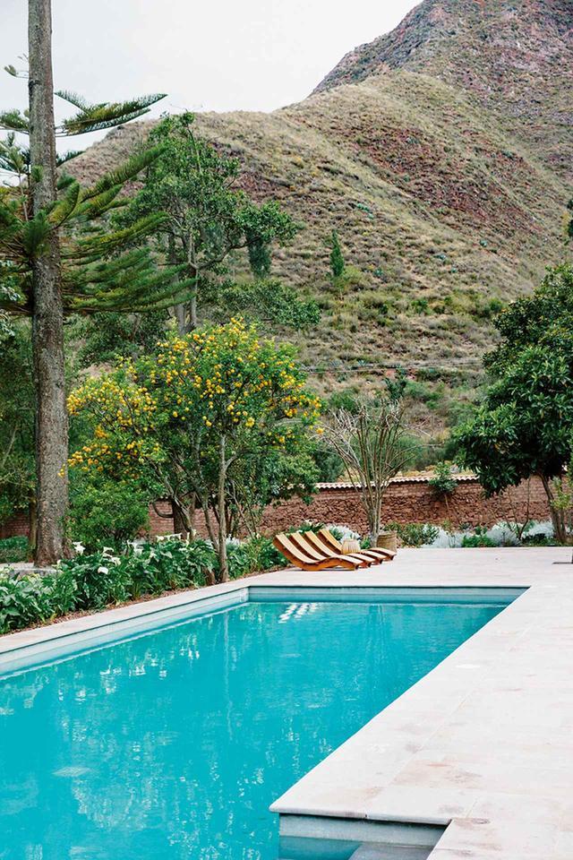 画像: 日干しレンガの壁で囲まれた「エクスプローラ・ヴァジェ・サグラド」のプール