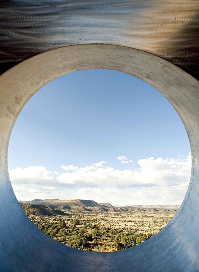 画像: 《Star Axis》から見たニューメキシコ州の砂漠地帯。チャールズ・ロスは、彫刻作品のようなこのランド・アートを数十年にわたって制作しつづけている CHARLES ROSS, ''STAR AXIS'' (1971-STILL UNDER CONSTRUCTION) ©CHARLES ROSS 2018