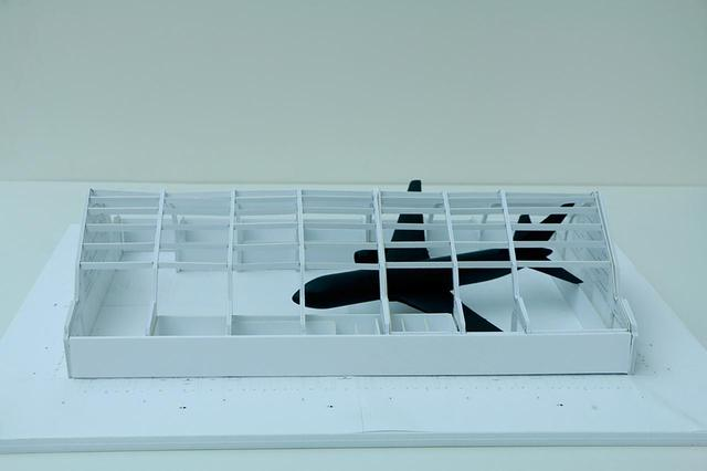 画像: 2001年9月11日の米同時多発テロのあとまもなく、ロバート・ロンゴが制作し始めた《The First Plane》の模型。旅客機の実物大となる作品はいまだ制作途中である ROBERT LONGO, ''MODEL OF FIRST PLANE INSTALLED IN THE DEICHTORHALLEN, HAMBURG,'' 2016