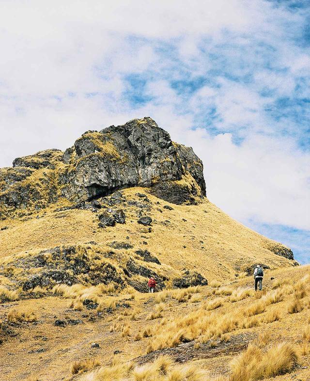 画像: ラマイ地区からピサック村に通じる草深い山道は、ハイキングに最適