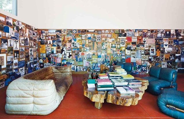 画像: ヴィンテージもののリーン・ロゼ製のトーゴ・ソファと、ベルサイユで雷に打たれた木から作ったテーブル、パーシヴァル・レイファーの椅子がコンクリート製の床の上にある。高さ約6mの天井があるガーデン・オフィス・パビリオンは、クリスチャンセンの仕事場