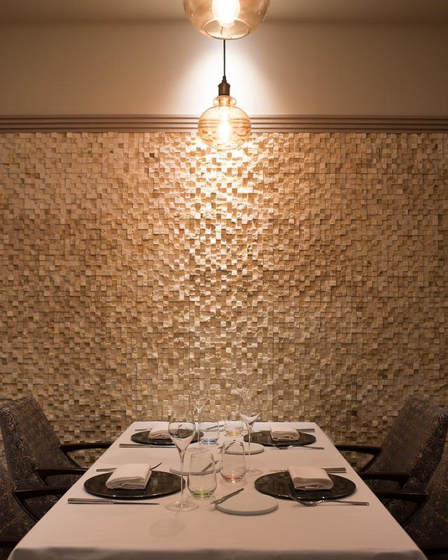 画像: カウンターやテーブル席のほかに、個室も。4名用の個室は、ランチ限定で小学生OK。「子ども心にフランス料理はおいしくて楽しいと感じてほしいので、お昼だけではありますが、お子さま歓迎です」。堅苦しい知識より体験で、フランス料理の楽しさを伝えていくのが高良スタイル