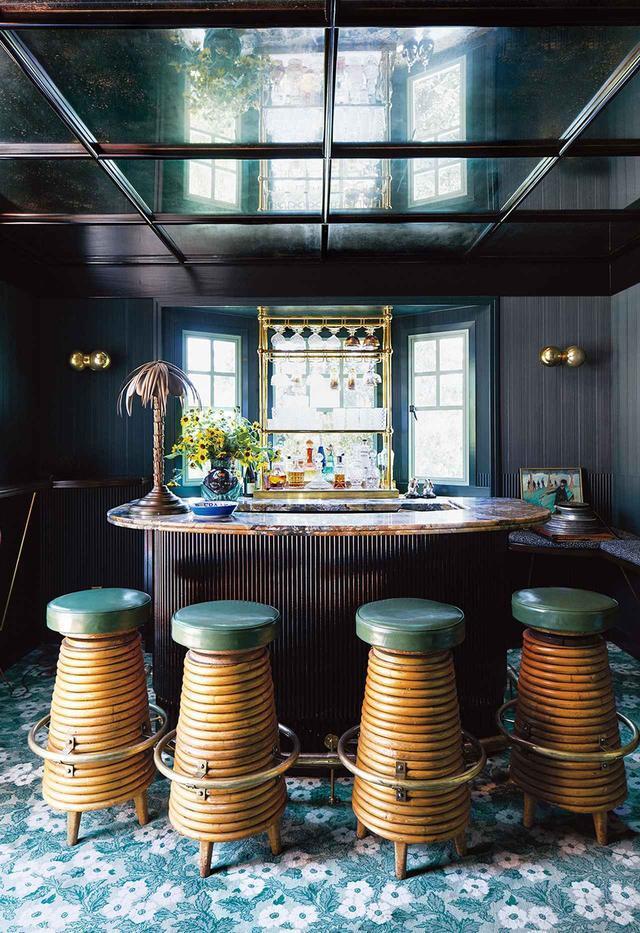 画像: スタジオKOがデザインしたバーに飾られているクリスチャンセンのヴィンテージもののバカラ・クリスタル製のデカンタのコレクションの数々。コディマット・コレクションのカーペット。竹と真鍮のスツールは20世紀半ばの作品で、ヤシの木の形のランプは1900年頃の作品。鏡張りの天井はポルノ映画撮影の過去を偲んで