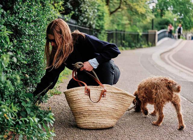 画像: 暖かくのどかな春の朝、セントラル・ロンドンのメリルボーンを散歩する、フレグランスブランド「パフューマー H」の創設者リン・ハリス。いま売れっ子の調香師はリージェンツ・パークの中のヨーク・ブリッジで立ち止まってタンポポをひとつかみ摘み取り、「嗅覚は私たちにとって最も大切な感覚なの」と言う。彼女は自身のブランドと並行して、キャンドルメーカーのシール・トゥルドンや、バッグが人気のアニヤ・ハインドマーチとコラボレーションしたフレグランスやキャンドルも手がけている ほかの写真をみる