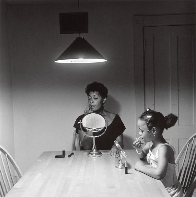 "画像: 『Untitled(Woman and Daughter With Make Up)』 CARRIE MAE WEEMS, ""UNTITLED (WOMAN AND DAUGHTER WITH MAKE UP),"" 1990 © CARRIE MAE WEEMS, COURTESY OF THE ARTIST AND JACK SHAINMAN GALLERY, NEW YORK"