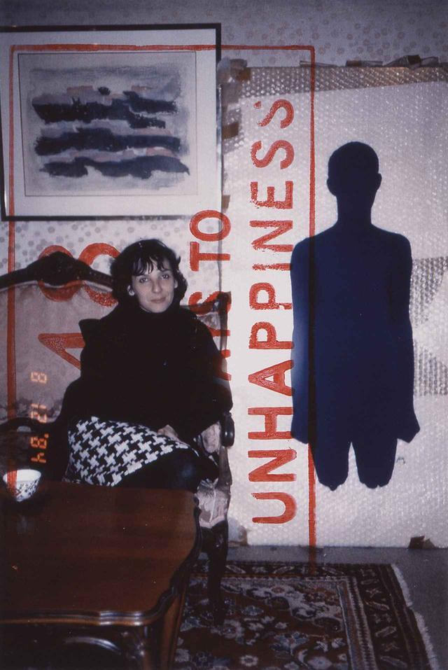画像: 失恋まで48日前の写真。日本人アーティストの今井俊満のアトリエにて。右に置かれている青い物体は、イヴ・クライン作のトルソー SOPHIE CALLE《EXQUISITE PAIN》1984-2003 © SOPHIE CALLE / ADAGP, PARIS 2018 AND JASPAR, TOKYO, 2018 ほかの写真もみる