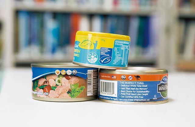 画像: アメリカで市販されているツナ缶。いずれも、一本釣りなど「持続可能な」漁法を示すマークが明示されている PHOTOGRAPH BY TOMOKO SHIMABUKURO