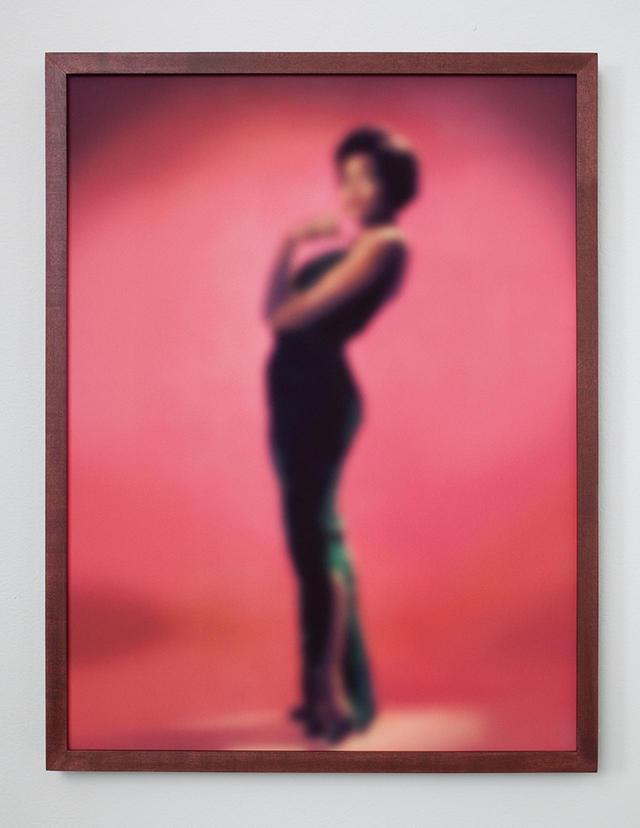 画像: 『SLOW FADE TO BLACK #1(EARTHA)』 『Blue Notes』シリーズ(2014-'15年)より。歌手のアーサー・キット CARRIE MAE WEEMS, ''SLOW FADE TO BLACK #1 (EARTHA),'' 2009-2010 © CARRIE MAE WEEMS. COURTESY OF THE ARTIST AND JACK SHAINMAN GALLERY, NEW YORK