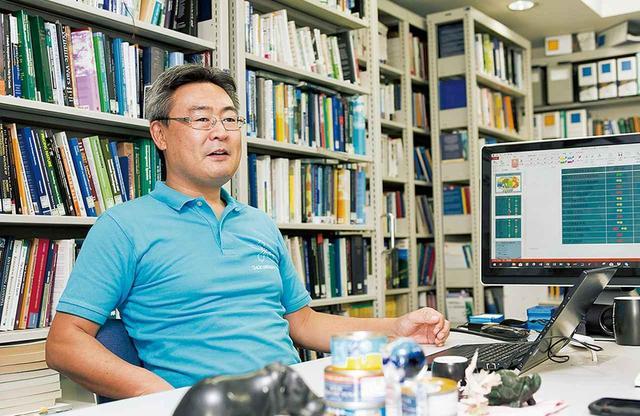 画像: 国際法や地球環境ガバナンスを専門とする学習院大学法学部の阪口功教授。フェアな視点から、日本の水産資源管理の現状を訴える PHOTOGRAPH BY TOMOKO SHIMABUKURO