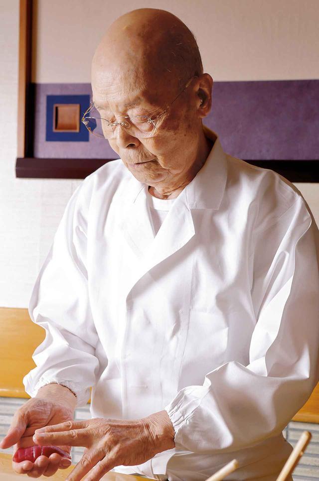 画像: 日本を代表する鮨職人、「すきやばし次郎」の小野二郎氏はかねてマグロの質の変化を憂えてきた。「お役人は現場を、実物を知らないからね。味が落ちてお客さんが減りゃあ、職人は落ちていくしかないんです」と、水産政策のありようにも憤りを隠さない PHOTOGRAPH BY MANA MIKI