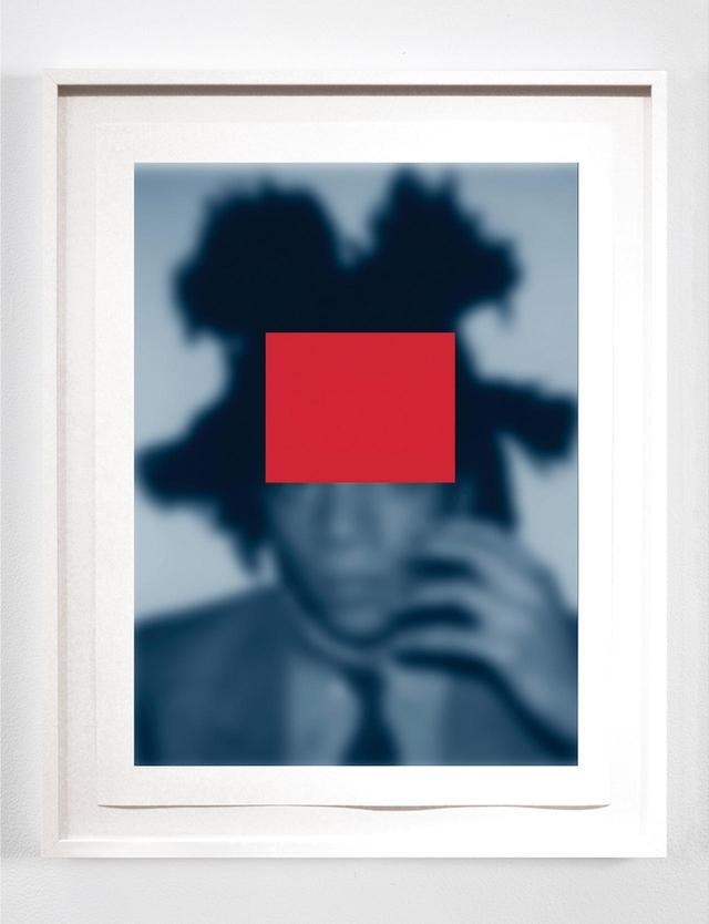 画像: 『BLUE NOTES(BASQUIAT)』 ウィームスの最近の作品『Blue Notes』シリーズ(2014-'15年)からのセレクション。ピンボケしてはっきり見えない黒人アイコンのイメージ。被写体はアーティストのジャン=ミシェル・バスキア CARRIE MAE WEEMS, ''BLUE NOTES (BASQUIAT): WHO'S WHO OR A PAIR OF ACES #1,'' 2014 © CARRIE MAE WEEMS. COURTESY OF THE ARTIST AND JACK SHAINMAN GALLERY, NEW YORK