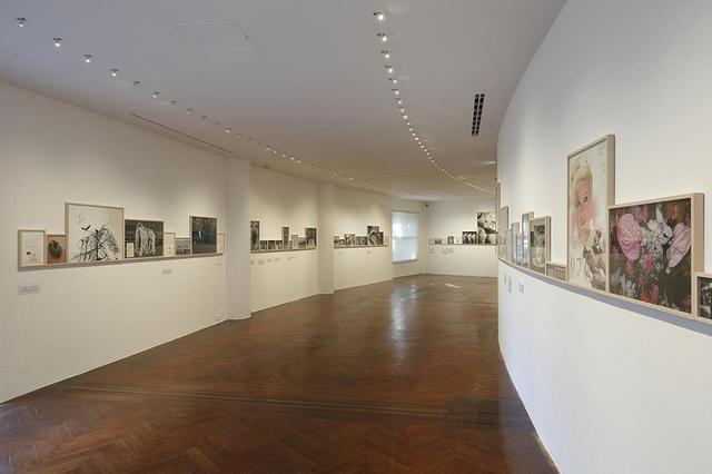 画像: 『「ソフィ カル ー 限局性激痛」原美術館コレクション』の展示風景。《限局性激痛》は、1999年から2000年にかけて原美術館で発表することを前提に制作された作品で、フルスケールの展示は20年ぶり。写真は第1部の展示スペース。失恋するまでの日々を、写真日記スタイルで表現している ©SOPHIE CALLE / ADAGP PARIS AND JASPAR TOKYO, 2018 PHOTOGRAPH BY KEIZO KIOKU ほかの写真もみる