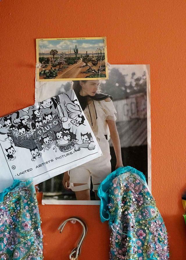 画像: この1組の袖部分は、友人であるスタイリストのステラ・グリーンスパンからもらったもの。「ゴミあさりをするのは好きよ、私の制作過程の一部ね」とハンリー。「いつも素材を貯めこんでいるの」 ほかの写真もみる