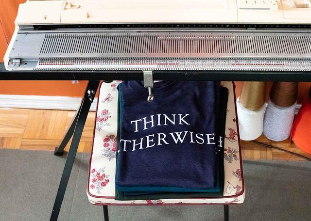 画像: 「THINK OTHERWISE!(別のやり方を考えろ!)」と書かれたTシャツは、父であるチャーリー・ハンリーとのコラボレーション。シリーズ化されており、NYのチャイナタウンにあるショップ「プラネットX」が買いつけている。「あらゆることに疑問を抱いていかないと」と彼女は言う ほかの写真もみる
