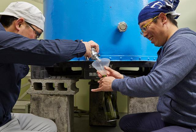 画像: 瓶に直接取るのは「直汲み」と呼ばれる。酒が空気に触れずに瓶詰めされるので、フレッシュな味わいに。この日は、四合瓶約78本分を直汲みにした