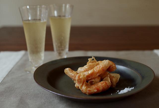 画像: サクサク、ふんわりのW食感がたまらない湯葉巻き揚げは、作り方も至ってシンプル。添えた塩を少しつけてめしあがれ
