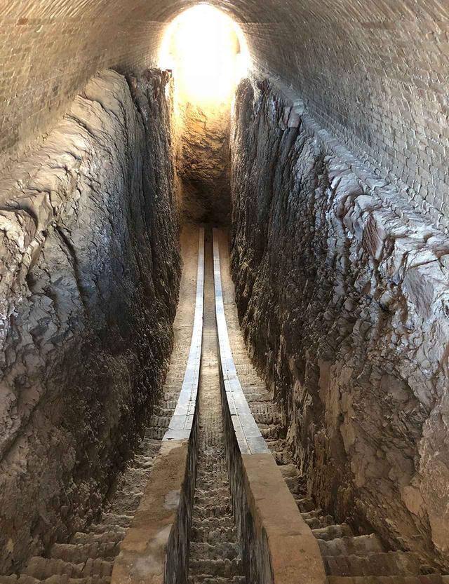 画像: 地下に残る六分儀跡(太陽の南中を決定するための観測施設)。天文台の地上部分は破壊されてしまい、現存しない