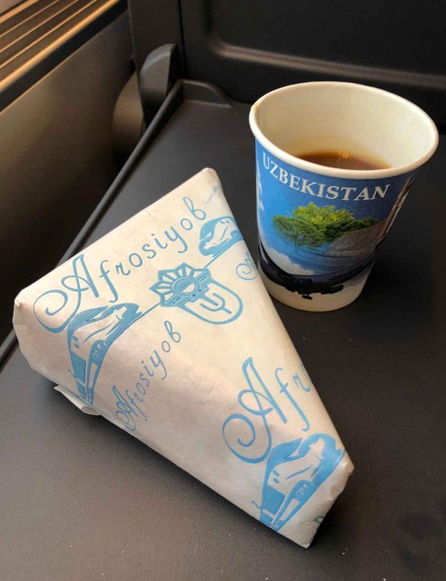 画像: 超特急アフラシャブ号内で無料提供されるサンドイッチとコーヒー。なんとも素朴なチキンハムサンドは懐かしい味。コーヒーはインスタント