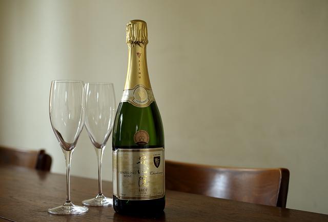 画像: 大分県安心院の霧深い盆地で栽培されたシャルドネ100%でつくられたスパークリングワイン。国内では珍しい瓶内二次発酵の後、1年以上の瓶熟成を経てよりクリーミーな味わいに 安心院スパークリングワイン <750ml>¥3,182 www.ajimu-winery.co.jp ※「安心院スパークリングワイン」は 「いまでや」オンラインストア でも販売中