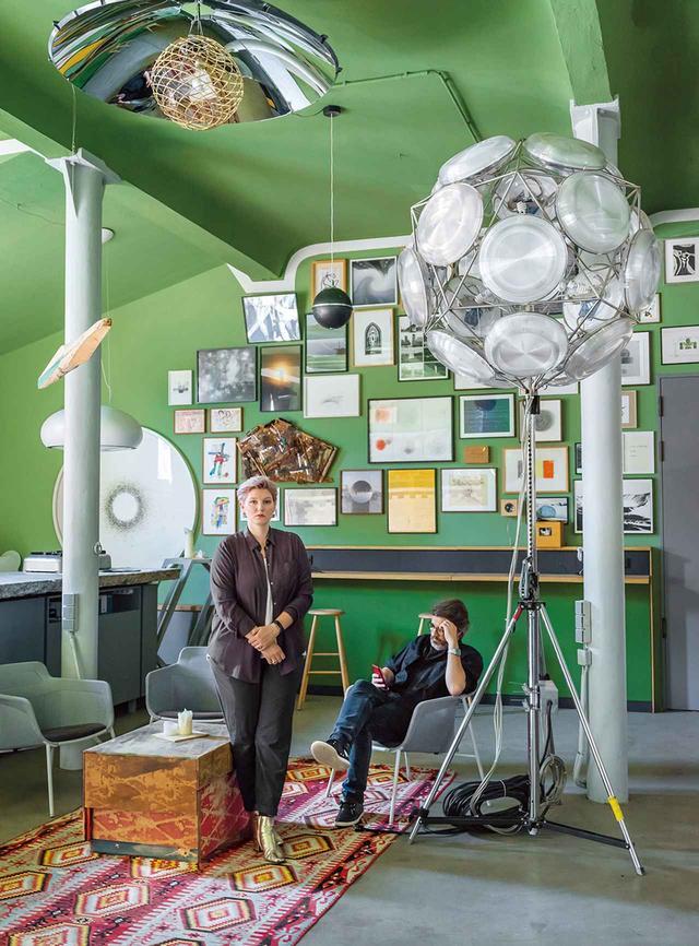 画像: ヴィクトリア・エリアスドッティルとオラファー・エリアソンの兄妹。ベルリンにあるオラファーのスタジオに新しく作られたイベントスペースには、オラファー作の多面体の照明が三脚にセットされ、壁には父の版画やスケッチも飾られている
