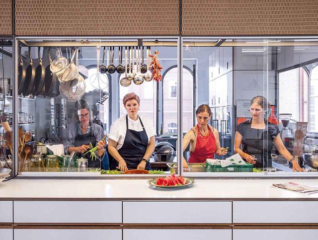 画像: スタジオの料理チームと一緒に料理をするヴィクトリア