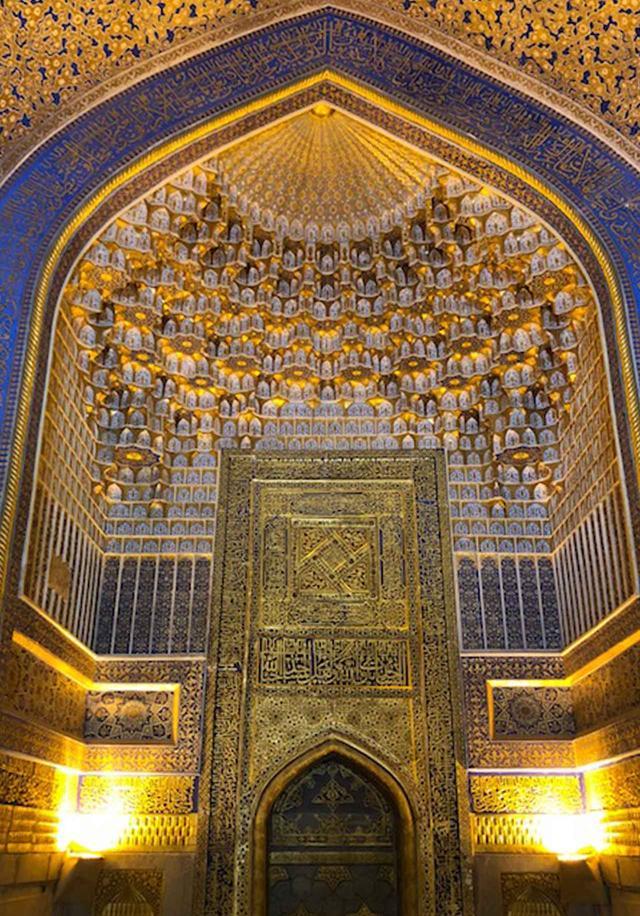 画像: ティラカリ・メドレセの内壁。金箔で施されたみごとな装飾が黄金色に輝く