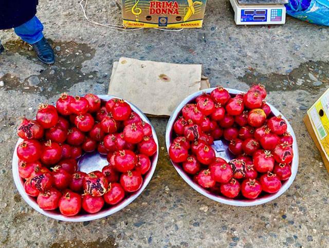 画像: バザール(市場)では、色鮮やかなフルーツが目を楽しませてくれる。この地ではザクロをサラダなどにしてよく食す
