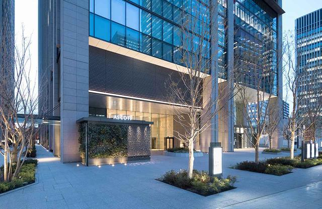 画像: ビル街大手町の一画、高層ビルのホテル専用入口から入館