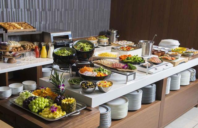 画像: ロビー階にあるレストラン「トリプルワン」は、ブッフェの内容も種類もバラエティに富む。朝食、ランチ、ディナーともに、シンガポール&チャイニーズを中心としたインターナショナルな料理が魅力だ