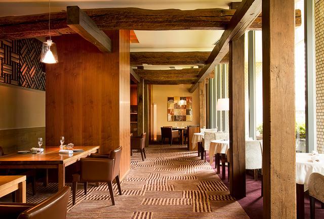 """画像: 「キュイジーヌ[s] ミッシェル・トロワグロ」 フランス国外ではここ西新宿のレストランと、小田急百貨店のカフェ、ブティックでトロワグロの味に出合うことができる。「トロワグロ」のエスプリに日本の四季を重ねたレストラン「キュイジーヌ[s] ミッシェル・トロワグロ」の料理にはファンが多く、『ミシュランガイド東京』では""""二ツ星""""の評価を得ている 住所:東京都新宿区西新宿2-7-2 ハイアット リージェンシー 東京 1階 電話:03(3348)1234(ホテル代表) 営業時間:12:00~13:30、18:00~20:00 定休日:火・水曜(祝日を除く) www.troisgros.jp PHOTOGRAPHS: COURTESY OF TROIGROS"""