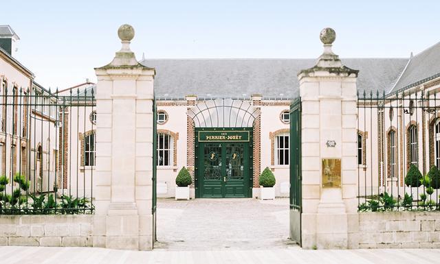 画像: エベルネのシャンパーニュ大通りからアール・ヌーヴォー様式の「ペリエ ジュエ」エントランスを臨んで。この通りはかつて「シャンパーニュの王の道」と呼ばれ、2015年にユネスコ世界遺産に登録された
