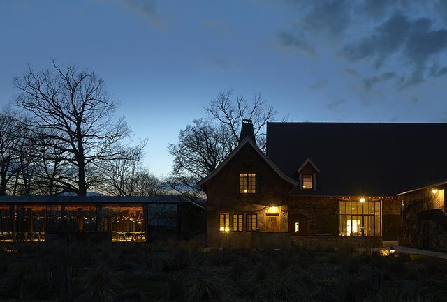 画像: ウーシュ村にある新しい「トロワグロ」。森の中にたたずむ邸宅のような趣。古い建物とモダンな建築が自然の中で融合し、「トロワグロ」ならではの世界観を生み出している